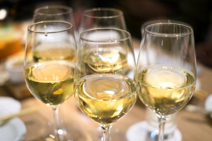グラスに注がれた白ワイン