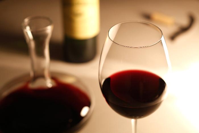 ワインが入ったデキャンタとグラス